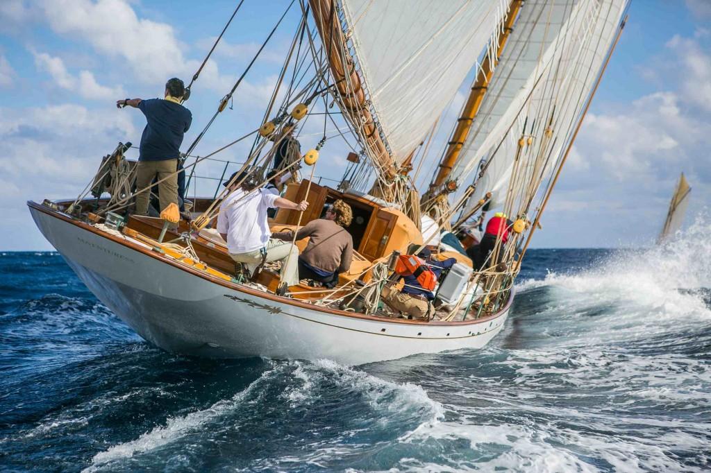 Adventuress, plus vieux bateau de la flotte fait sensation en t^te de la course.